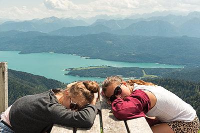 Müde Teenager vor Berglandschaft - p1437m1502366 von Achim Bunz