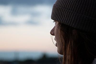 Mädchen mit Mütze blickt in die Ferne - p1650m2231836 von Hanna Sachau