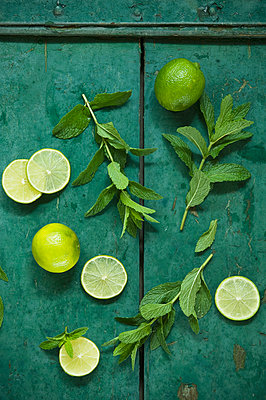 Mint and limes on rustic wooden background - p300m2059872 by Achim Sass