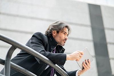 middle-aged businessman in the big city, Madrid / Spain - p300m2277248 von Jose Carlos Ichiro
