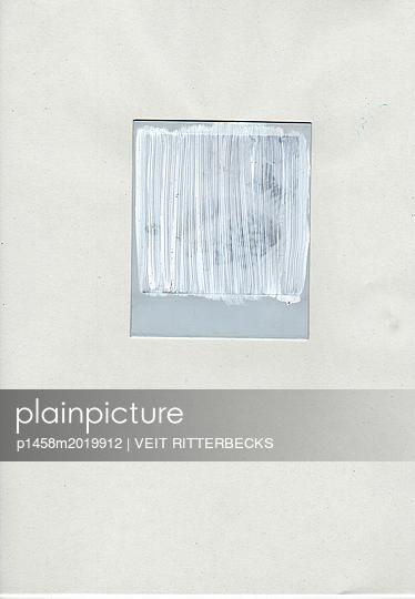 Polaroid bemalt mit weißer Farbe - p1458m2019912 von VEIT RITTERBECKS