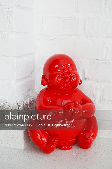 Red coloured buddha - p817m2143095 by Daniel K Schweitzer