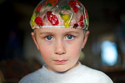 boy wearing shower cap  - p1169m1032730 by Tytia Habing