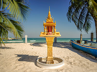 Buddhist altar on the beach - p393m1452288 by Manuel Krug
