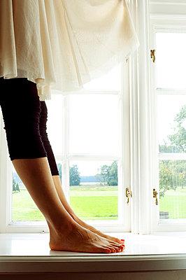 Frau auf dem Fensterbrett - p4320757 von mia takahara