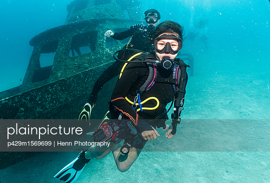 Underwater view of two divers in front of a wreck close to Phuket, Thailand - p429m1569699 by Henn Photography