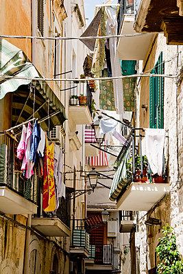 Wäsche zum Trocknen in Bari - p1032m1466382 von Fuercho