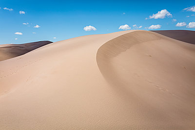 Tranquil view of desert at Great Sand Dunes National Park against sky - p1166m1509771 by Cavan Images
