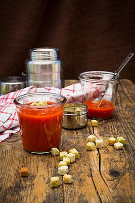 Tomato soup in thermos flask, croutons - p300m2023643 von Larissa Veronesi