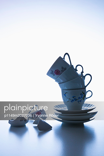 Stack of coffee cups - p1149m2027036 by Yvonne Röder
