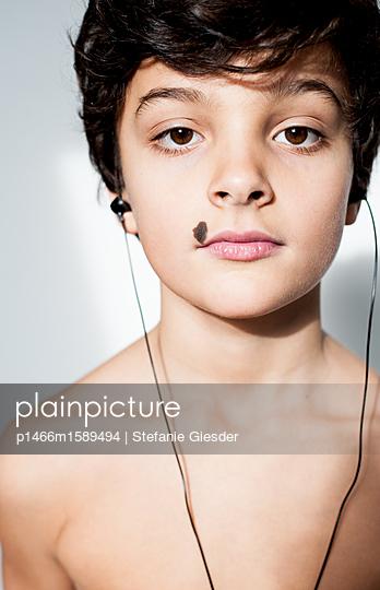 Junge mit Kopfhörer - p1466m1589494 von Stefanie Giesder