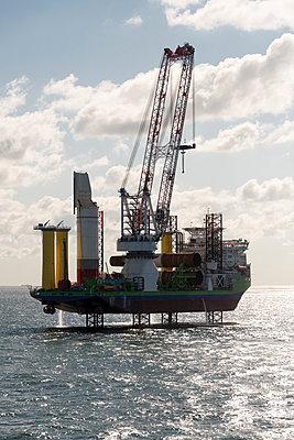 Jack Up Vessel bei der Installation von Fundamenten für Windkraftanlagen - p1079m1092220 von Ulrich Mertens