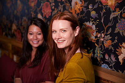 Two young woman in a coffeehouse - p1491m2176055 by Jessica Prautzsch