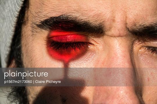 Silhouette eines Weinglases vor dem Gesicht - p1567m2173060 von Claire Picheyre