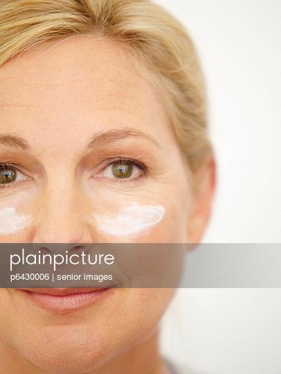 Ältere Frau mit Creme im Gesicht  - p6430006 von senior images