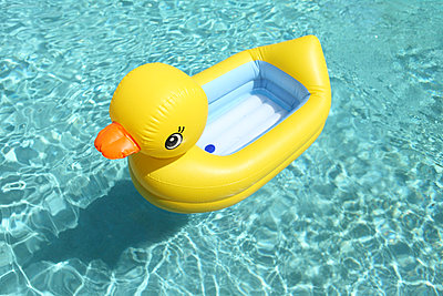 Rubber duck - p045m911682 by Jasmin Sander