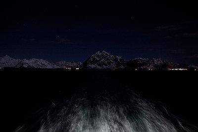 Lichter des kleinen Ortes Stamsund bei Nacht - p1065m891803 von KNSY Bande
