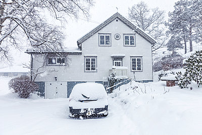 Car on house driveway - p312m2078911 by Marie Linnér