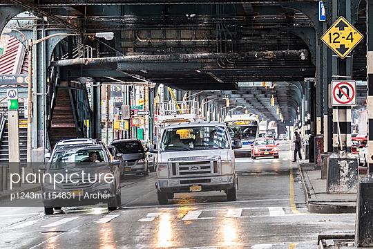 Straßenverkehr unter einer Brücke in New York - p1243m1154831 von Archer