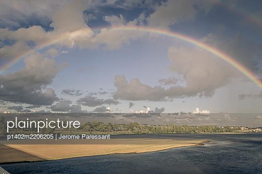 Regenbogen über Saumur, Frankreich - p1402m2206205 von Jerome Paressant