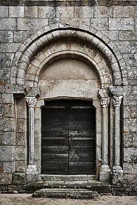 Eingang zur Kirche - p1312m1502235 von Axel Killian