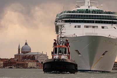 Riesiges Kreuzfahrtschiff im Giudecca-Kanal, Venedig I - p1493m1585630 von Alexander Mertsch