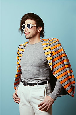 Man wearing sunglasses and striped jacket, portrait - p1540m2237764 by Marie Tercafs