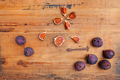 Kitchen knife and whole and sliced figs on wood - p300m2103757 by Gaby Wojciech