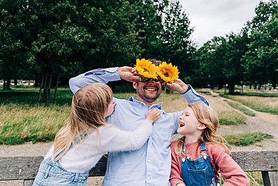 Family having fun at the park. London, England. - p300m2298798 von Angel Santana Garcia