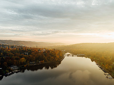 River landscape with autumn colors, aerial view - p586m1088346 by Kniel Synnatzschke