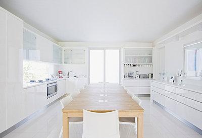 Esstisch in moderner Küche - p6416940f von Robert Daly