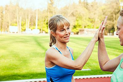 Sportliche Frau - p904m1031353 von Stefanie Päffgen