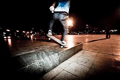Vietnamese young skateboarders practice at night in Lenin Park, Hanoi, Vietnam, Asia - p934m832796 by Dominic Blewett