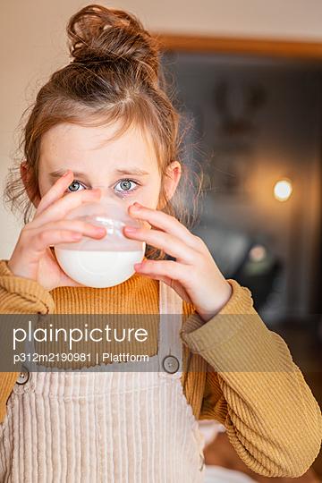 Girl drinking milk - p312m2190981 by Plattform