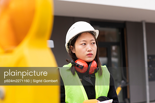 Woman working in industry - p924m2271160 by Sigrid Gombert