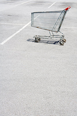 Shopping trolley - p265m1138667 by Oote Boe