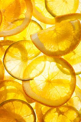 Thin orange slices - p300m2070361 by Kai Schwabe