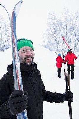 Smiling man at ski holidays - p312m798797 by Håkan Hjort