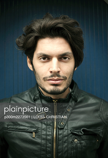 Portrait of young handsome man wearing leather jacket - p300m2273561 by LOUIS CHRISTIAN