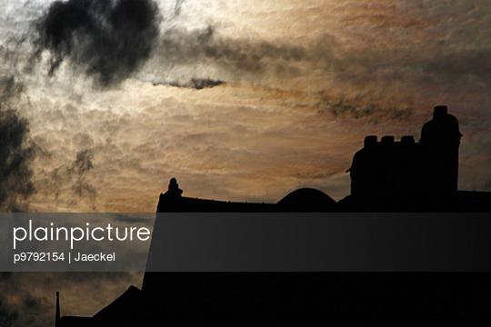Silhouette von Haeusern vor dramatischem Himmel - p9792154 von Jaeckel