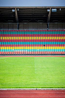 Leere Tribüne im Fußballstadion, Friedrich-Ludwig-Jahn-Sportpark - p1093m2193631 von Sven Hagolani
