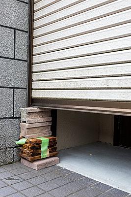 Garage door - p1271m1553229 by Maurice Kohl