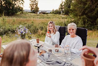 Friends during garden party - p312m2280722 by Plattform