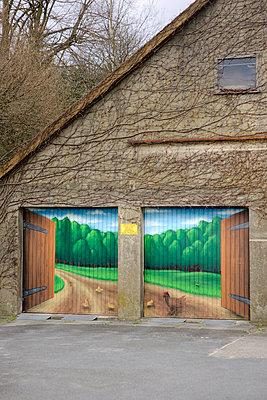 Bemaltes Garagentor - p4030096 von Helge Sauber