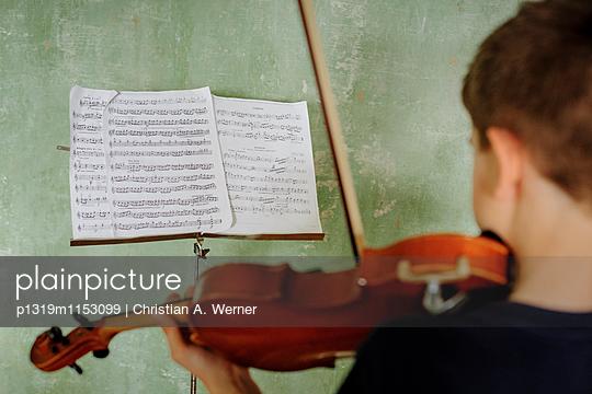 Junge beim Geige spielen - p1319m1153099 von Christian A. Werner