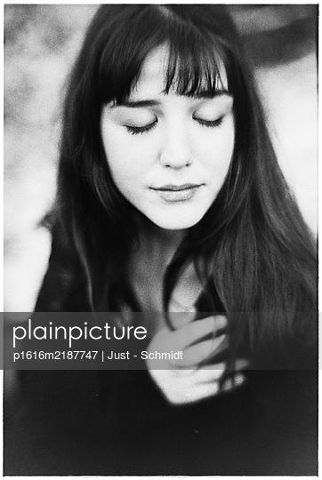 Junge Frau mit geschlossenen Augen, Portrait - p1616m2187747 von Just - Schmidt