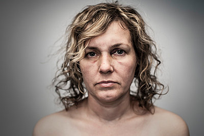 Portrait of an injured woman - p403m753166 by Helge Sauber