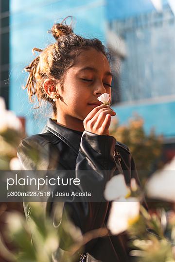 spain, madrid, father, daughter, playing, happy, latin, love, union, smiles, tickling, fun, flowers, mobile, selfie - p300m2287518 von Josu Acosta