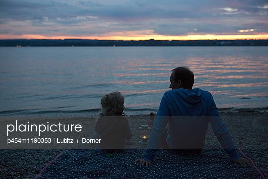 Vater und Tochter - p454m1190353 von Lubitz + Dorner