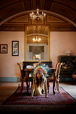 Woman with indian headdress in a castle, portrait - p1105m2245439 by Virginie Plauchut